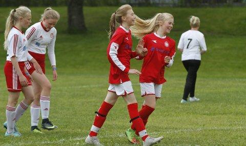 TRE MÅL: Synne Olsen gratuleres med en av sine tre scoringer. Saltdalskameratene vant mot Overhalla i J14 med hele 8-1. Foto: Per Vikan