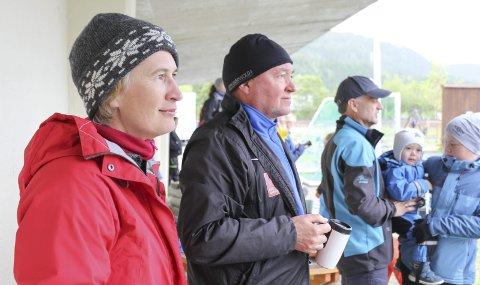 Trofaste supportere: Helene Øverdal og Sverre Rattsø fra Sandnessjøen har kommet til Mosjøen som foreldre, i tillegg til at Rattsø er med som trener for SIL Herøy jenter 15.