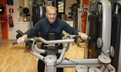 MINDRE VEKT OG FÆRRE REPETISJONER: Treningsveteran Odd Selfors (92) har redusert vektene og tatt færre repetisjoner på hvert apparat de siste årene. – Viktig å lytte til kroppen når man blir eldre, sier en som har holdt med styrketrening lenge. Foto: Per Vikan