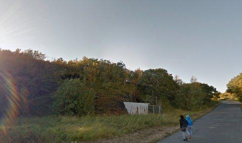 I skogen ved den gamle sjøgutteskolen på Mælen, der Sikkerhetssenteret nå holder til, skal den tiltalte ha oppbevart en betydelig mengde narkotika.