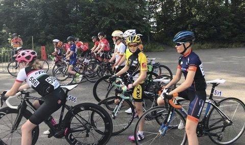 TRE ETAPPER: U6 Cycle Tour i Tidaholm i Sverige er i gang, og her er Signe Linnea Kjeldsand, SOCK (nærmest) og Regine Solhaug Hansen, MOC (i gul drakt)  klare til start U6 etappe 3. Fellesstart 14 km med bakkeavslutning.  Foto: Privat