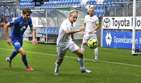 BANKER PÅ A-LAGSDØRA:  Alexander Gløsen har fått en god start på Ranheim-karrieren. Han trener nå fast med klubbens A-lag. Bildet er fra en kamp i 3. divisjon på hjemmebane mellom Ranheim 2 og Molde 2. Det ble tap 1-3 for Alexander og Ranheim 2. Foto: Arne Brunes