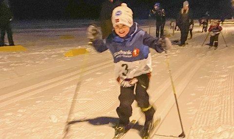 FULL INNSATS: Det tredje rennet i lysløypekarusellen i Vefsn ble arrangert av Halsøy IL Ski på Ollmoen onsdag kveld. Det var full innsats i løypa og Felix Dyrhaug Bardal var en av de første som krysset målstreken.  Foto: Per Vikan