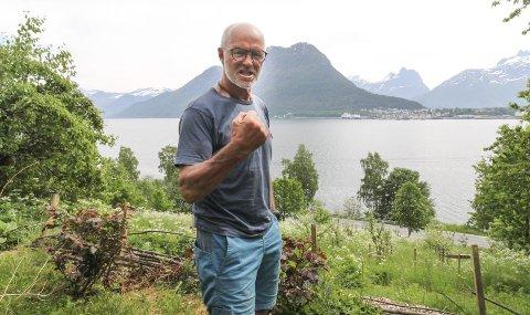TRAGISK: Den sterke stemmen mot byggingen av Romsdalsgondolen har vært Stein P. Aasheim, landskjent eventyrer og forkjemper for bærekraftig turisme. Han bor rett over fjorden og har fulgt utbyggingen på Nesaksla (i bakgrunnen) det siste året.  Foto: Per Vikan