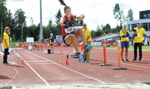 JUNIOR-NM: Sigrid Forsmo Kapskarmo er under opptrening, og deltar i lengde i junior-NM. Hun er kvalifisert i tresteg og høyde i tillegg, men treneren tror lengde holder. I fjor beviste Sigrid at hun er helt i toppen i sin aldersklasse med gull og sølv i UM.  Foto: Svein Halvor Moe