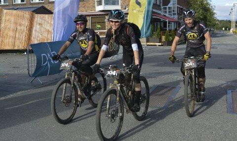 FÅR ROS: Kim Eirik Holmgren (til venstre), Rakel Birkeli og Bjørnar Aronsen er et godt bilde om Hammerfest sykkelklubb som stadig blir bedre.  Foto: Erlend Hykkerud