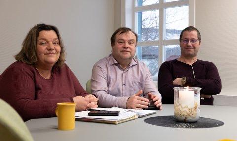 FORANDRER: Etter kritikken på Facebook har ledelsen i menigheten valgt å gjøre noen forandringer i måten mat gis ut på for å gjøre det mer rettferdig. F.v. Trine Jensen, Reidar Johansen og Thorgeir Walsøe.
