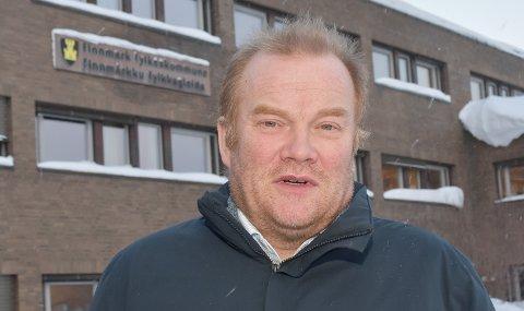 SKILTET FORTSATT PÅ PLASS: Fylkesrådsleder Bjørn Inge Mo foran skiltet som lyver. Finnmark fylkeskommune eksisterer ikke, men det er kun midlertidig. Skiltet har fått leve i håp om reversering.