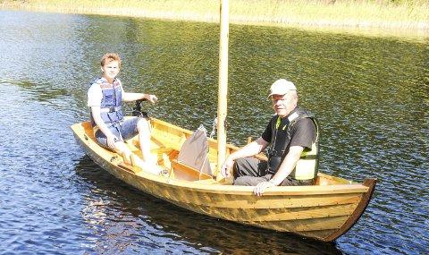 PÅ BØLJAN BLÅ: Paul (18) og bestefar Johannes Åleskjær på vei inn igjen etter en rundtur på Setten med den nybygde båten.                               Begge foto: Øivind Eriksen