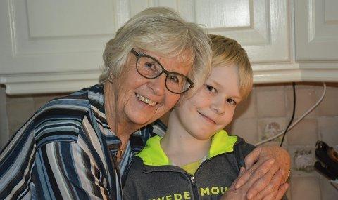 Bestevenner: Vilgot Henningsen (8) stikker av og til innom Solveig Larsen (78) på vei hjem fra skolen. – Siden mine egne døtre og barnebarn bor langt unna, er det ekstra koselig med besøk av Vilgot, sier Solveig. Begge foto: Anne Enger Mjåland
