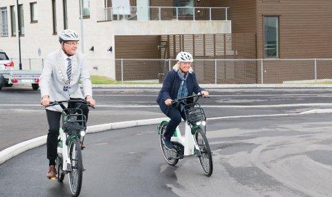 FOR TOGREISANDE: Ordførar Sigmund Rolfsen og rådmann Torild Lende Fjermestad tok seg ein runde med kvar sin bysykkel under den offisielle opninga på Klepp stasjon.