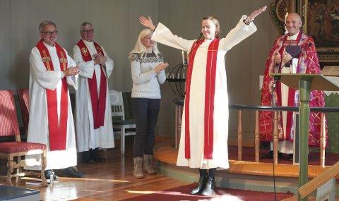 SÅ GLAD: Ble Marie Skarrebo Jørgensen etter å ha blitt vigslet til prest av biskop Jan Otto Myrseth (bak til h.). Foto: privat