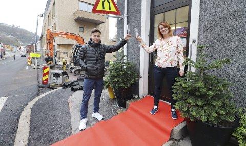 På rød løper: Rune Bergquist (Intersport) og Merete Eyde (Fru Berntzen) strekker ut både glasset og den røde løperen. – I disse tider må vi finne på noe hyggelig, samtidig som vi gjør bybesøk og handel så trygt og fint vi bare kan, sier de. Foto: Pål Nordby