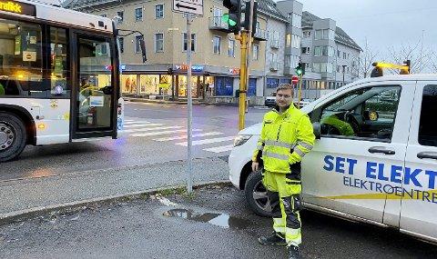Grønt lys for sentrumstrafikken: Montør Paul André Kristiansen fra Set Elektro har hatt mange timer jobb og hodebry med lyskrysset i Holmestrand de siste årene. – Nå virker det som det skal, sier han. Foto: Pål Nordby