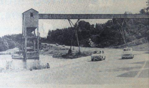 Juni 1967: «Holmestrands triumfbue». – Dette er forlengst historie: siloen og anlegget i Bogen er revet og den Sørlandske Hovedvei, eller nåværende E18, er lagt lengre inn i Holmestrand, sier Trygve Eriksen. .