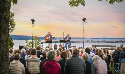 PÅ UTSIKTEN: Over 250 publikummere møtte opp da visesangerne Guren Hagen og Lars Martin Myhre spilte på den første konserten på Utsikten i juni 2017.