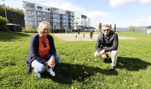 På Dulpen: Ordfører Elin Gran Weggesrud og leder av idrettsrådet i Holmestrand Knut Berg møtte Jarlsberg på Dulpen, både for å skryte av ungdommen, men også for å minne om fortsatt smittefare, dersom man ikke er forsiktig nok. Foto: Pål Nordby