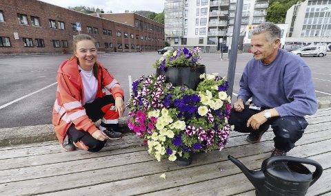 Steller blomstene på brygga: I 25 år har driftsleder Tore Mønster Nielsen sørget for blomsterflora langs bryggene. I år har han hjelp av Åshild Birgitte Pedersen, og til sammen ti sommervikarer innenfor ulike felt i kommunen. Foto: Pål Nordby