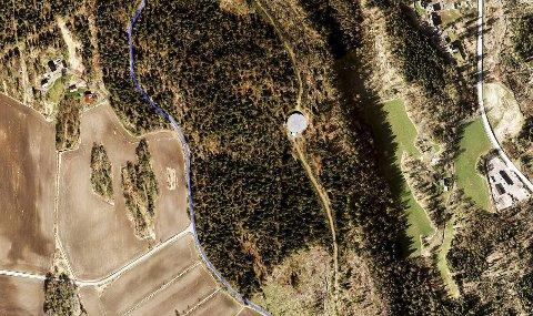 OMRÅDET: Et gammelt høydebasseng skal erstattes med et nytt her, et par kilometer sør for Hillestadvannet, nær Gjøgriveien. Eksisterende høydebasseng ses som en sirkel i bildet. Bispeveien til høyre. Skjermdump fra gule sider
