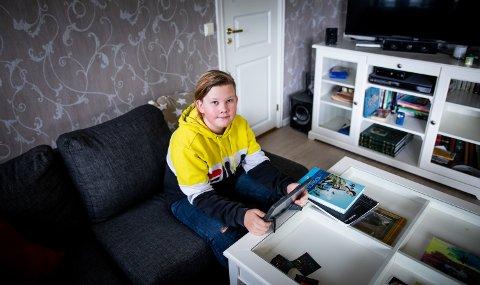ØNSKER BEDRE TILTAK: Sander Mathias Ekstrøm Eliasson (14) mener smittevernstiltakene på skolene ikke er gode nok. Han har derfor hjemmeundervisning for å beskytte familien sin.