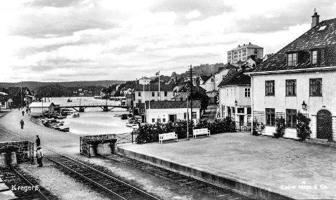 Jernbanestasjonen og Blindtarmen: Hadde ikke jernbanen blitt lagt til Kragerø i 1920-åra, ville byen heller aldri hatt noen «Blindtarm». Dette bildet viser begge deler, jernbanen og Blindtarmen. Bildet er trolig tatt like etter krigen. I desember i år er det 90 år siden banen ble åpnet.