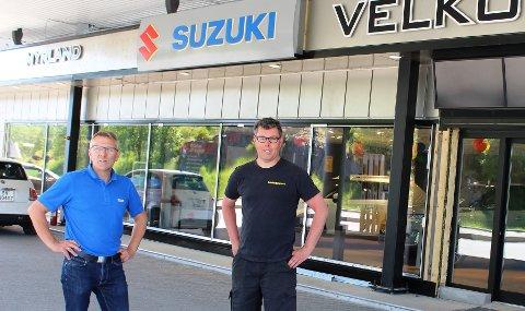 LANGS GAMLE E18: Myrland Auto startet ombyggingen av bilsalgavdelingen og bilverkstedet da nye E18 gjennom Bamble åpnet 2. desember i fjor. Daglig leder Øyvind Myrland til høyre på bildet, sammen med bilselger Frank Ødegaard hadde tirsdag nyåpning av ny salgshall.