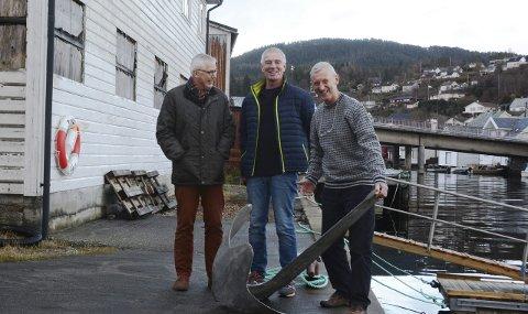 FORANKRA: Eldsjelene på Sunde gler seg stort over at fylket gir 2,44 millionar til Bergslagen og omtalar senteret som lokalt og historisk forankra.F.v.: Lars Amund Vaage, Åge Thorsen og Kjell Magne Stråbø.