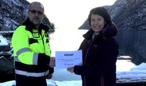 Øystein Kårstad i Mowi kom med pengegåve til Kari Synnøve Tveit og Matre bygdelag. (Foto: Privat).