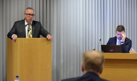 Ove Lemicka (Frp) vil at ordførar Hans Inge Myrvold (t.h.) skal svara på fleire spørsmål om informasjonsfilmen som har vekt reaksjonar.