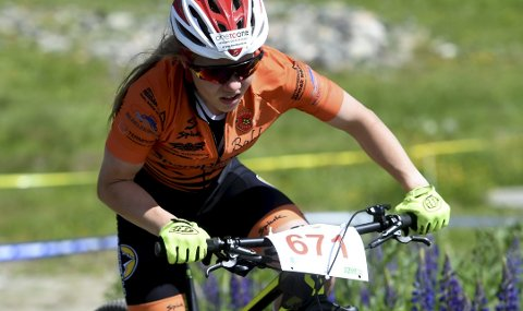 I EN EGEN KLASSE: Førsteårsjunioren Helene Marie Fossesholm slo alle seniorene i norgescupstarten i terrengsykling på Fiskum lørdag.
