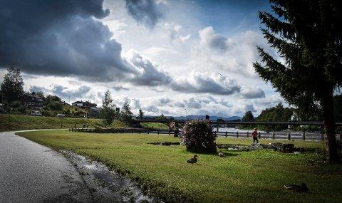 MØRKE SKYER: Det er tidvis solgløtt over Kongsberg mandag, men mørke skyer truer.
