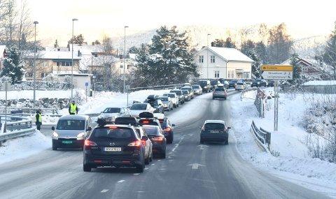 Dette var situasjonen på Sandsværveien litt før klokken halv elleve søndag formiddag. Skimore Kongsberg nådde maksgrensen på 1.500 besøkende allerede før det hadde gått en time.