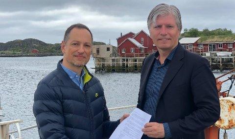 Vi vil bli først i verden: Rolf G Zimmermann i Vestvågøy Venstre ber klima- og miljøminister Ola Elvestuen (V) legge Nordland øverst i bunken over steder som vurderes som pilot med innføring av elfly på kortbanenettet.