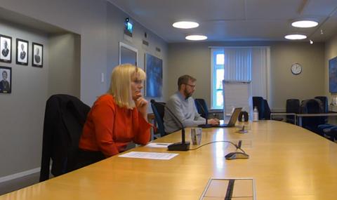 Ordfører Kari-Anne Opsal og kommuneoverlege Jonas Holte i rådhuset søndag klokka 12.