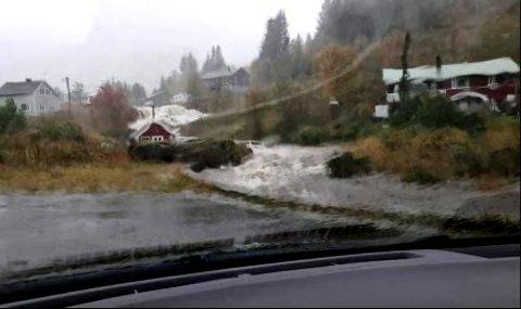 Vannmassene dundret ned mot veien i Nusfjord i Flakstad.