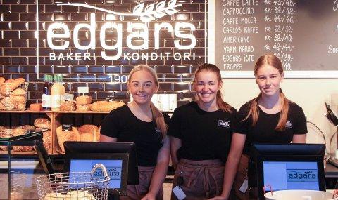 EDGARS: Hedda Iversen, Stine Nodevik og Emma Tanke-Hansen hos Edgars i Handelsparken som skal holde åpent hver søndag i sommer.