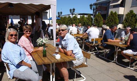 NYTELSE: Publikum koste seg i sola på Queens Pub. Siri Øhlschlägel (fra venstre), Siv Mørch og Jørn Finnebraaten.