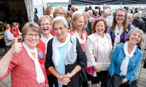 FORRIGE STEVNE: Humøret var på topp fra første stund for disse damene i Moss Damekor. Hilde Marie Røer-Lindeman (fra venstre), Solveig Landvik, Torunn Rostad (bak), Marit H. Hansen, Marit Nøkland, Cleo Johnsdatter, Line Hammersborg og Unni Eriksen.