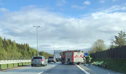 FLYT: Trafikken flyter forbi brannen i en kassebil på E6 i Vestby lørdag morgen.