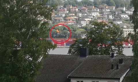 Hva skjer her, undret en leser som som sendte dette tipsbildet til avisen etter at flammenesto opp bak kontainerhavna.