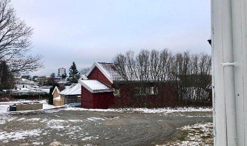ØKS OG BREKKJERN: Det var utenfor en adresse i Øreveien at en mann sto klar til hugg over hode til en nabo.