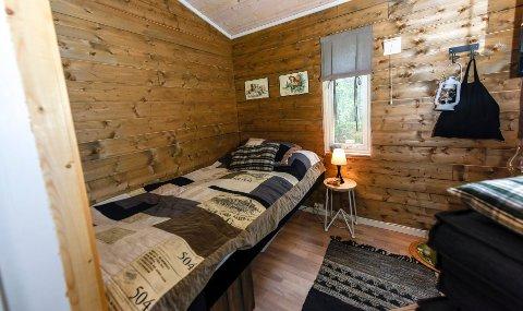 Hytta har to soverom. Sengen er snekret litt høy, slik at det skal være plass til oppbevaring under.