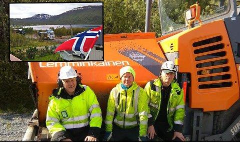 HYLLES: Tor Runar Halvorsen, Jesper Løvstad, og Tore Knutsen fra Lemminkäinen sier de kommer til å huske jobben i Grunnfjord. Det er sjelden de har fått så mye heder, vafler, kaffe og brødskiver som den uka de har jobbet med å legge asfalt på strekningen Hansnes-Grunnfjord.