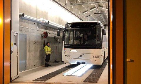 AVSKILTET: Denne rutebussen ble avskiltet da Statens vegvesen hadde kontroll på E10/riksvei 85 i Gullesfjord mandag.