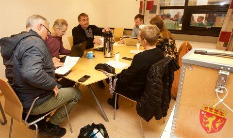 Har starter valgstyret på en ny gjennomgang av valgoppgjøret i Kvænangen mandag morgen. Fra v. Jan Helge Jensen (Sp) konstituert rådmann Bjørn Ellefsæter, varaordfører Ronald Jenssen (H), ordfører Eirik Losnegaard Mevik, Mariann Larsen (Kp) og Vera Eilertsen-Wassnes (Ap).