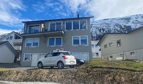 FOR HØY: Naboer har blant annet fremmet flere klager på boligen i Tomasjordvegen 149b, da de mener boligen er for høy. Steffensen bor i delen til venstre.
