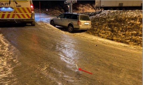 FORLATT: Da politiet kom til krysset ved Nordkjosbotn en halvtime etter at de hadde fått melding om utforkjøringen, hadde kvinnen forlatt stedet. Hun ble funnet i sin bolig kort tid etter. Pilen viser bremsespor i isen.
