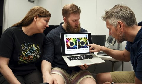 Ser ikke alle farger: Anne Kristin Kvitle og Joschua Thomas  Simon-Liedtke får beskjed av fargeblinde Dag Nestaker hvilke farger han synes ser relativt like ut. Han ser for eksempel liten forskjell på de to motivene på skjermen.
