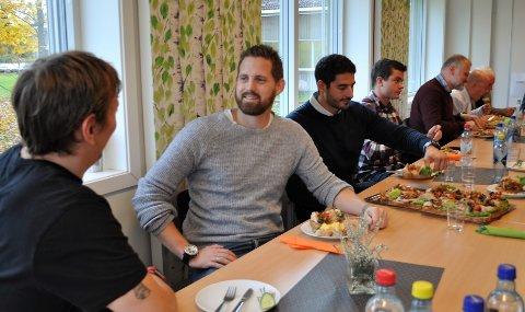 FØRSTE KULL: Jonas Sjuve (nummer to fra venstre) er sulten på å lære mer om byggeplassledelse og prosjektøkonomi.