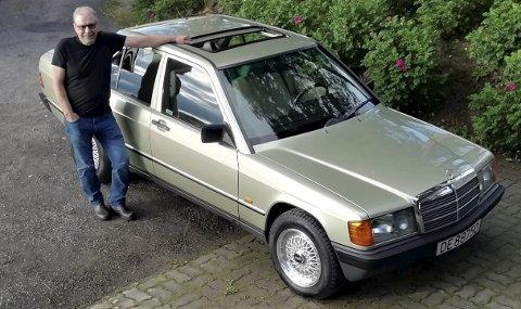 FORNØYD: Etter en grundig restaurering er Terje Olsbys bil endelig klar til bruk. Mercedes-Benz 190 var kjent for å være komfortable, pene biler med gode kjøreegenskaper.FOTO: DAG SKOGLUND